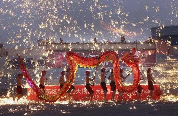 CHINA.  A dança do dragão de fogo, em Pequim