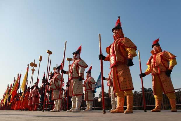 CHINA. Representação de soldados do tempo da Dinastia Qing, em Pequim
