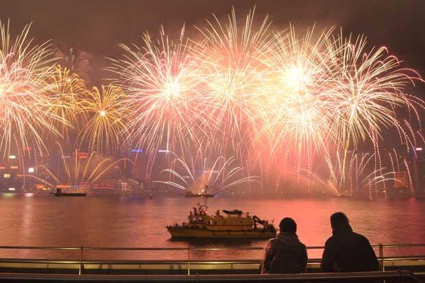 CHINA. Pirotecnia sobre o porto de Victoria, em Hong Kong