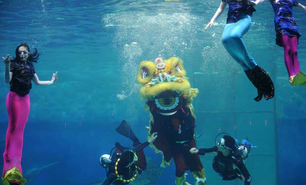 INDONÉSIA. Uma celebração do novo ano em teatro subaquático, no parque Ancol, Jacarta