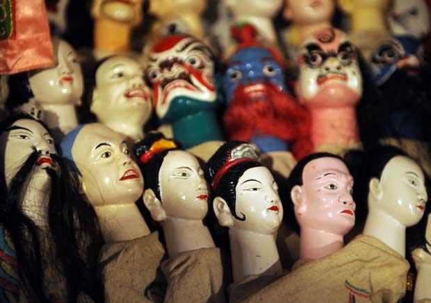 INDONÉSIA. Personagens de um teatro de marionetas chinês, em Jacarta, aguarda o momento de entrar em cena