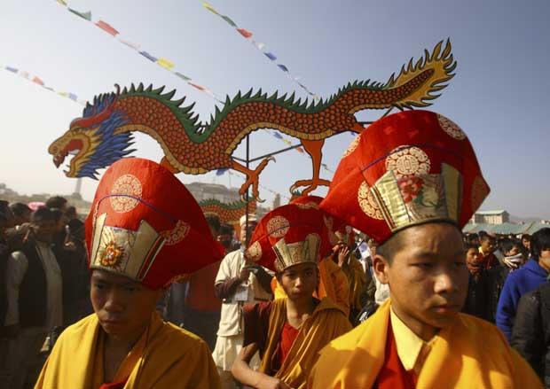 NEPAL. Monges participam na parada de Sonam Lhosar, que marca o novo ano lunar para o grupo étnico Tamang. Em Katmandu