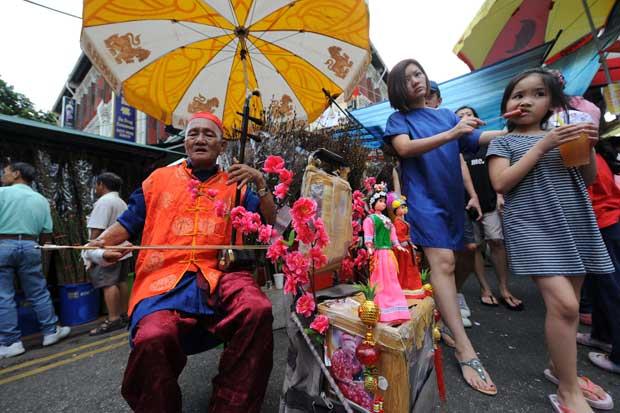 SINGAPURA. Um intérprete de música tradicional chinesa