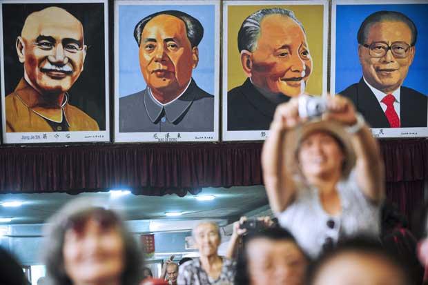PERU. Uma faixa que recorda líderes chineses, durante a festa chinesa em Lima