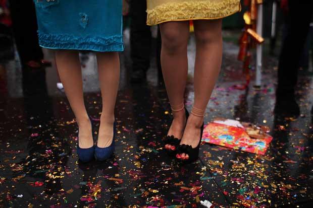 EUA. Papelinhos e decorações pelas ruas de Chinatown, Nova Iorque,