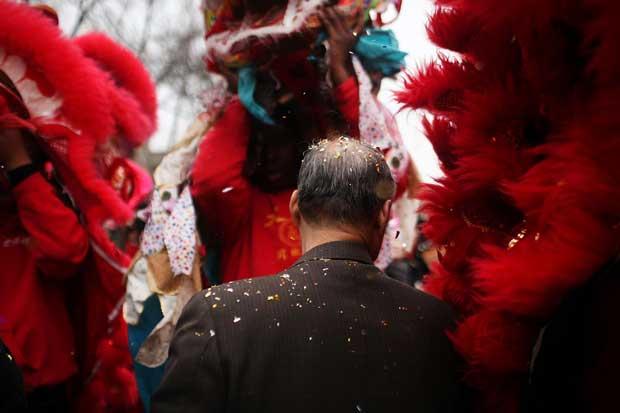 EUA. Chuva de confetti na Chinatown, Nova Iorque
