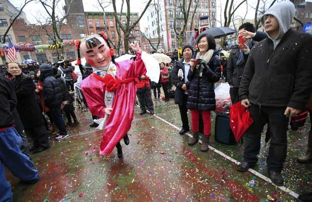 EUA. Um grupo de danças tradicionais chinesas em Chinatown, Nova Iorque
