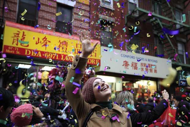 EUA. Chuva de confetti na Chinatown