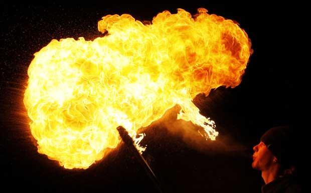 RÚSSIA. Um cuspidor de fogo, participante nas celebrações do Ano Novo Chinês em Krasnoyarsk, Sibéria