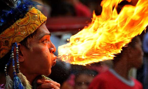 FILIPINAS. Um cuspidor de fogo na Chinatown  de Manila