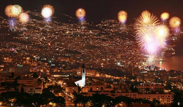 PORTUGAL, Madeira. 01.012.2012. Espectáculo pirotécnico sobre o Funchal nos primeiros minutos do ano.