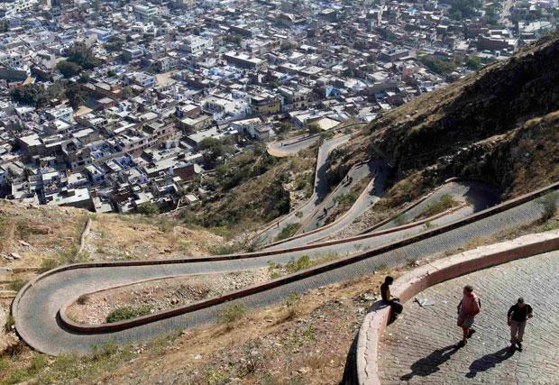ÍNDIA. 23.01.2012. Turistas nos caminhos do forte Nahargarh em Jaipur, Rajastão.