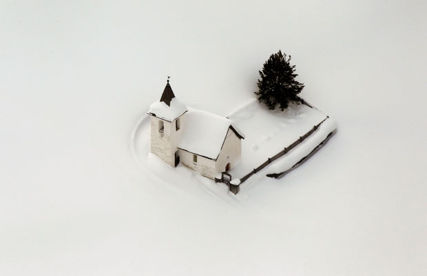 SUÍÇA. 23.01.2012. Vista aérea da igreja de Jenisberg, coberta pela neve, perto de Davos.