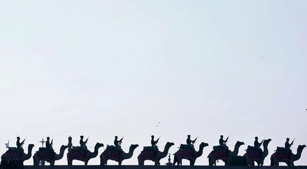 ÍNDIA. 29.01.2012. A guarda fronteiriça e os seus camelos ensaiam para uma cerimónia que põe fim às celebrações do dia da república indiana.