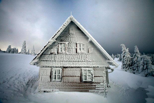 REPÚBLICA CHECA. 26.01.2012. Uma casa gelada em Destne v Orlickych horach.