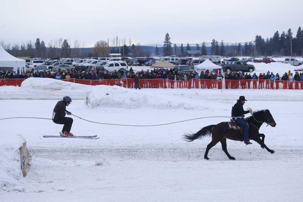 EUA, 28.01.2012. Durante os campeonatos mundiais de Skijoring (precisamente, como se vê, uma modalidade em que o esquiador é puxado por um cavalo)