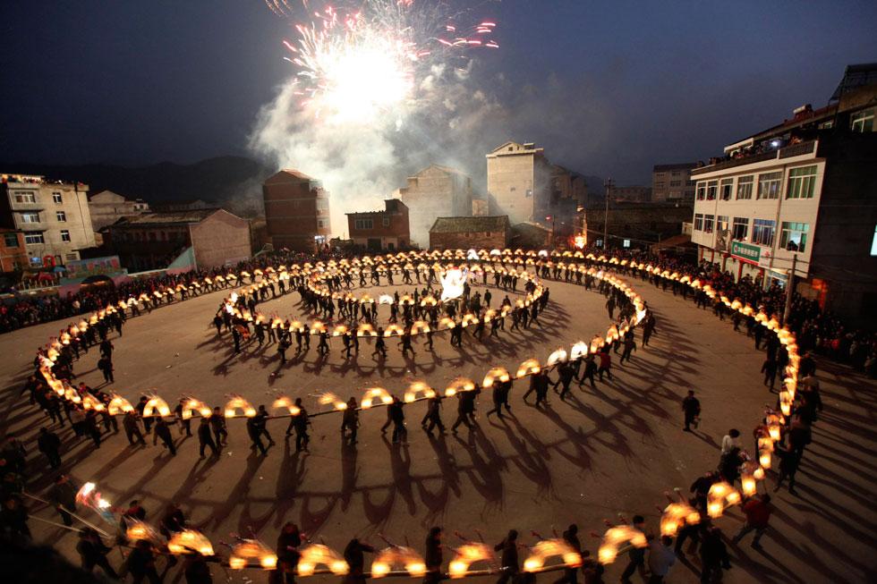 CHINA, 01.02.2012. Dança do dragão em Taizhou, entre os festejos do ano novo chinês e o festival de lanternas chinesas.