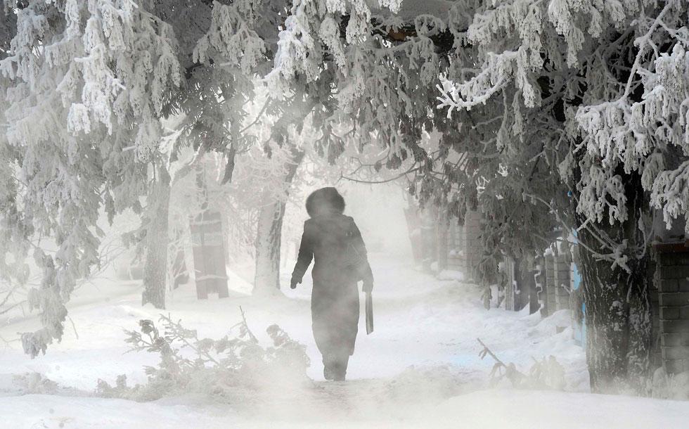 CAZAQUISTÃO, 31.01.2021. A caminha por uma rua gelada de Pavlodar, a 43ºC.