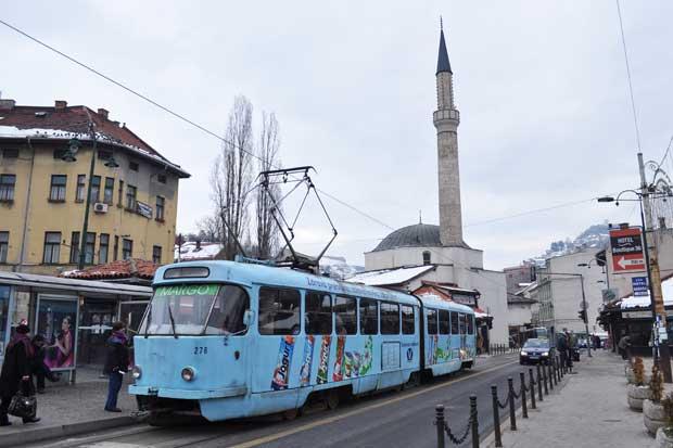 O eléctrico (aqui na Bašèaršija) é o principal transporte público de Sarajevo.
