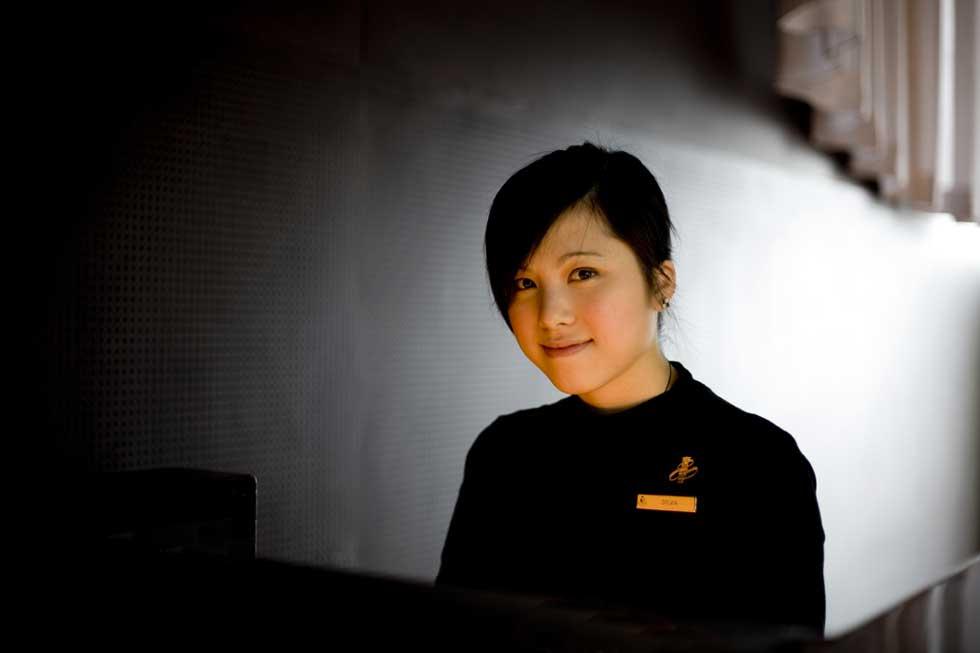 O sorriso da recepcionista do restaurante Felix no hotel Peninsula.