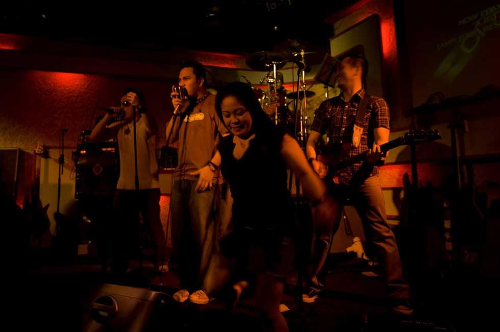 Banda em actuação na zona dos bares em Lan Kwai Fong.
