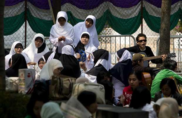 Domingo no parque, em momento de festa da comunidade de  trabalhadores estrangeiros, vindos maioritariamente das Filipinas, Malásia ou Bangladesh.