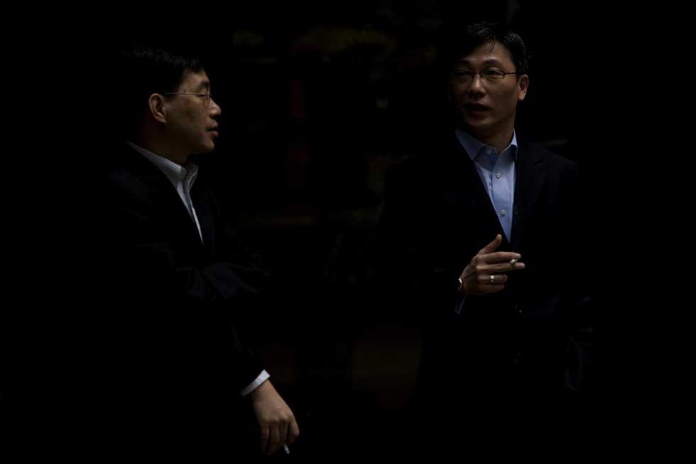 Dois executivos em pausa para o cigarro.