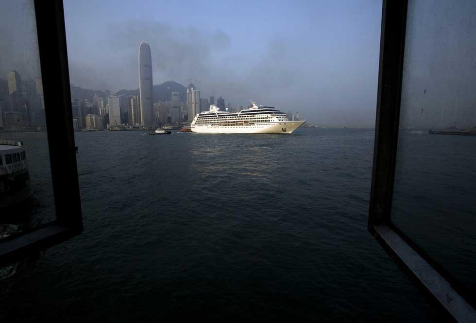 Travessia por ferry entre a ilha de Hong Kong e a península de Kwaloon.
