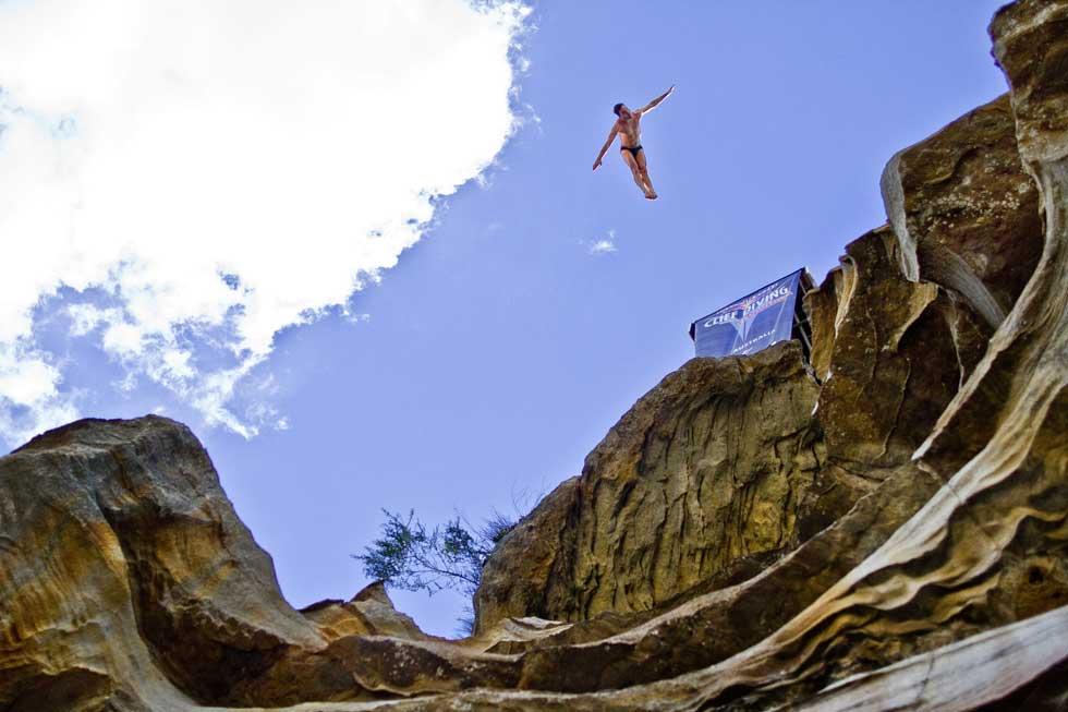 AUSTRÁLIA. Red Bull Cliff Diving World Series em Cattai. Prova de qualificação do britânico Blake Aldridge, aqui a saltar de uma plataforma a 27,5m no rio Hawkesbury.