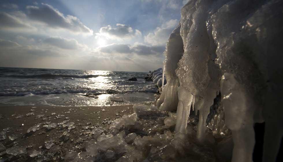 DINAMARCA, 05.02.2012. Praia e gelo em Ronne, ilha de Bornholm, no mar Báltico.