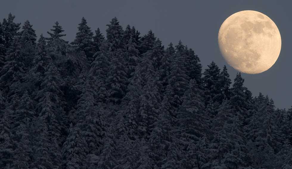 ALEMANHA, 05.02.2012. Lua cheia em Garmisch-Partenkirchen.