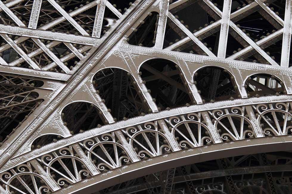 Ao detalhe: neve a sublinhar os traços da Torre Eiffel, em Paris.