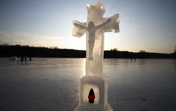 REPÚBLICA CHECA, 06.02.2012. Escultura de gelo em Dobra Voda, perto de Horice.