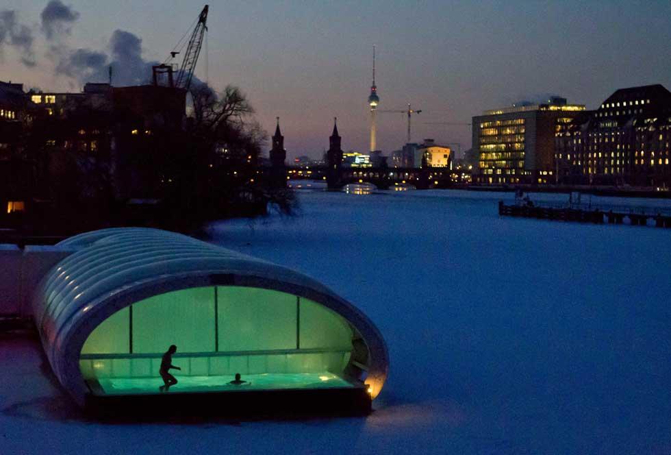 ALEMANHA, 06.02.2012. Uma sauna flutuante no gelado rio Spree, em Berlim.