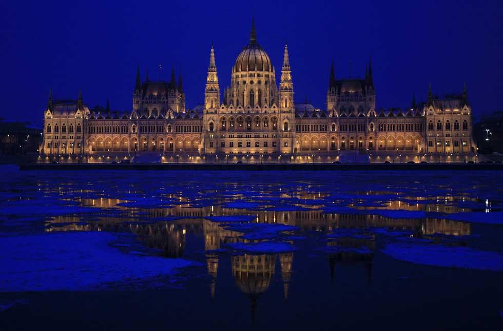 HUNGRIA, 06.02.2012. O Parlamento húngaro reflectido no Danúbio, em Budapeste.