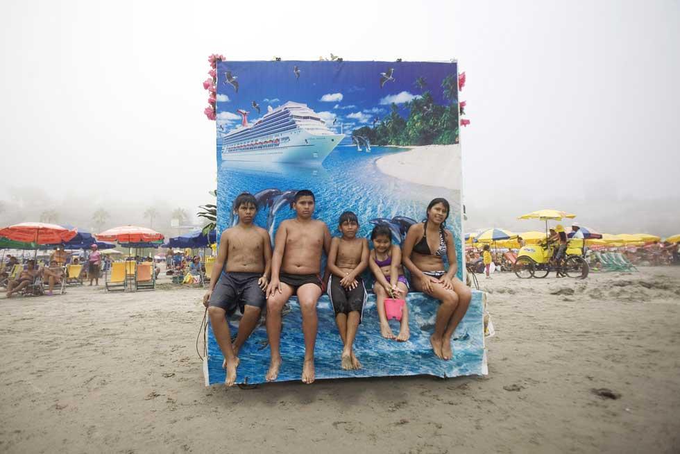 PERU, 07.07.2012. Na praia de Agua Dulce, Lima.