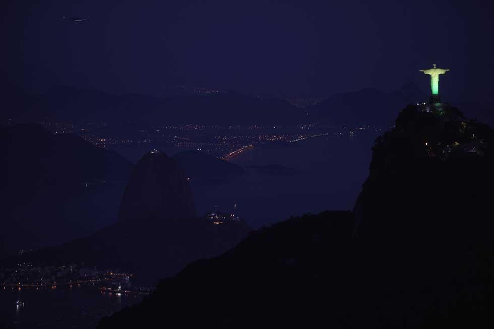BRASIL, 07.02.2012. A estátua do Cristo Redentor iluminou-se com as cores da bandeira, a verde e amarelo, para promover as celebrações do Dia Mundial da Juventude em 2013: Rio de Janeiro foi escolhida como cidade anfitriã dos eventos.