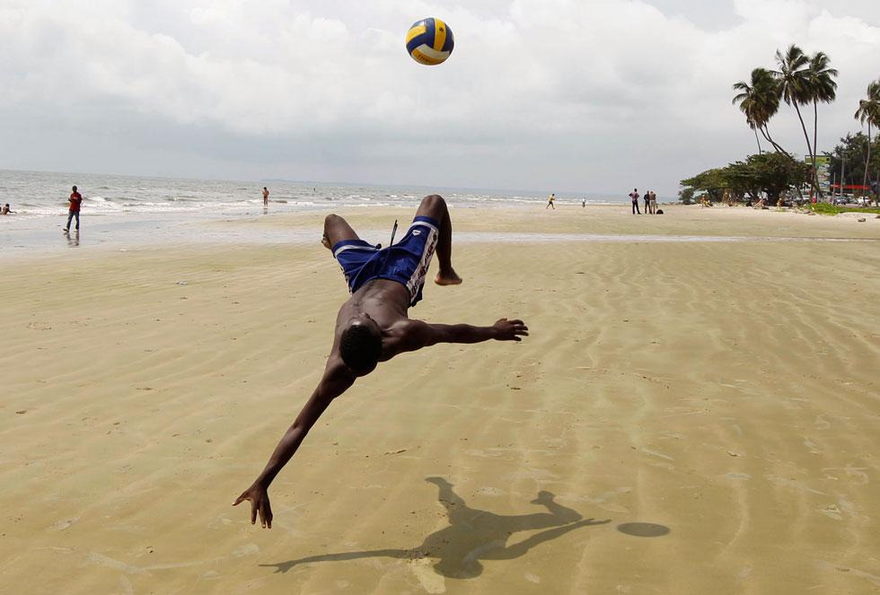 GABÃO, 09.02.2012. Durante um efusivo jogo de futebol na praia de Libreville.