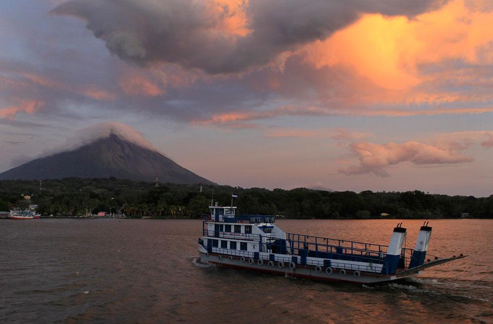 NICARÁGUA, 10.02.2012. Um ferry chega ao porto da ilha de Ometepe.