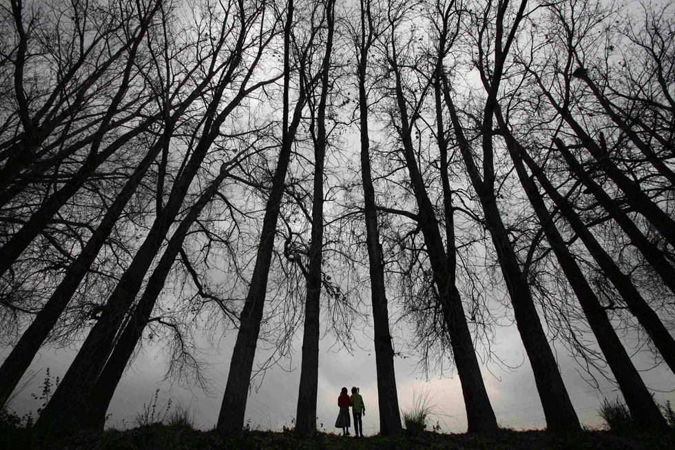 CAXEMIRA/ÍNDIA, 12.02.2012. A caminhada de duas raparigas, perto de Jammu.