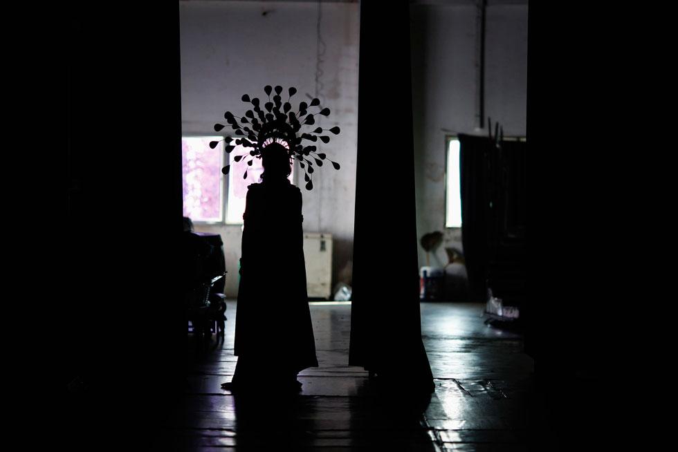 TAILÂNDIA, 10.02.2012. Um travesti espera o momento para entrar em palco em Pattaya, durante um festival de travestimo.