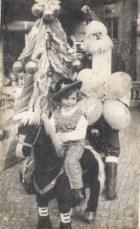 Como todas as crianças eu acreditava no Pai Natal. Esta foto prova essa admiração
