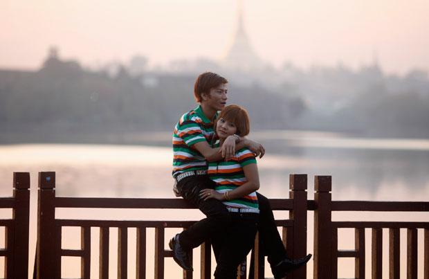 MYANMAR/BIRMÂNIA. Um momento romântico no dia de São Valentim num parque em Yangon.