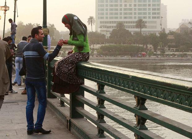 EGIPTO. Um casal numa ponte do Cairo.
