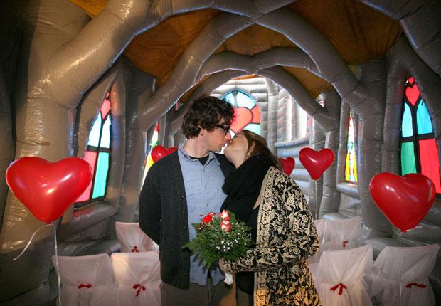 ALEMANHA. Um beijo dos noivos numa igreja insuflável durante o ensaio da cerimónia de casamento.