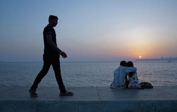 ÍNDIA. Momento romântico ao entardecer em Mumbai.