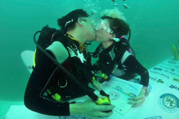 TAILÂNDIA. O beijo que sela este casamento subaquático, no oceano Índico.