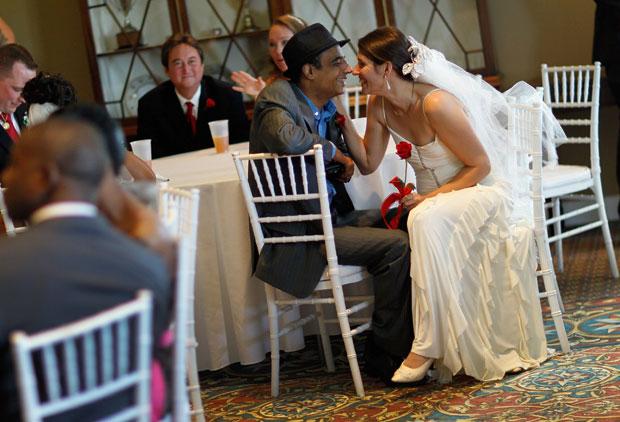 EUA. Momento íntimos dos noivos antes de um casamento colectivo, no dia de São Valentim, em West Palm Beach, Florida