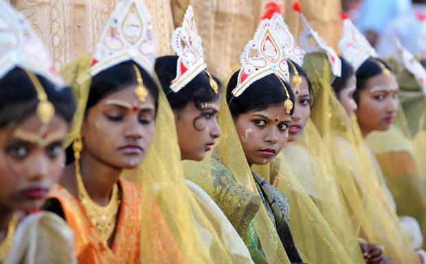 ÍNDIA. Noivas aguardam o momento do seu casamento colectivo em Calcutá, no dia de São Valentim (51 casais hindus e nove islâmicos casaram na cerimónia)
