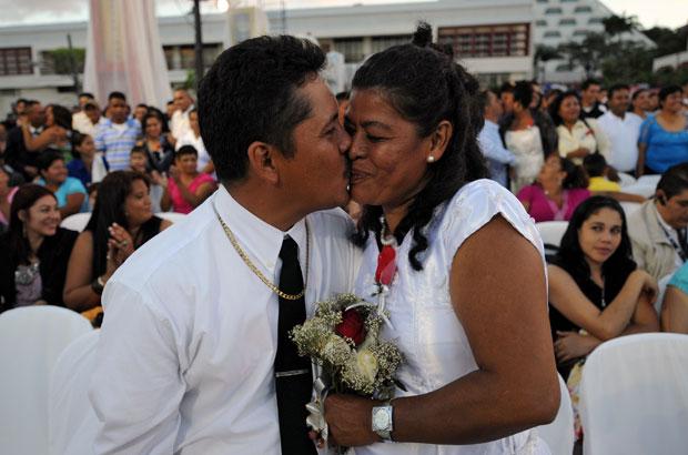 NICARÁGUA. Recém-casados após um casamento civil colectivo, no dia de São Valentim, em Manágua.